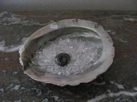Abalone schelp (oplaad) met 125 gram Bergkristalletjes  14 cm - 15 cm
