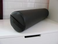 Knierol PU-leder  rond voorzien van trekband aan een zijkant  65 cm x 15 cm