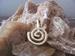 Verzilverd of goudkleurig Donut houder met hanger E0504 Per stuk